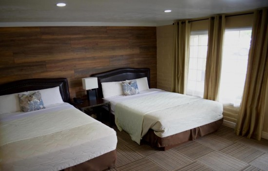 Accessible 2 Queen Beds with Pets
